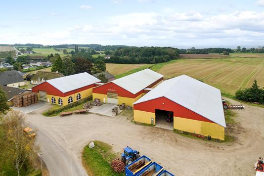 Planteavlsgård på Strandbyvej 26 & Nellemosevej 5 i Haarby - Luftfoto